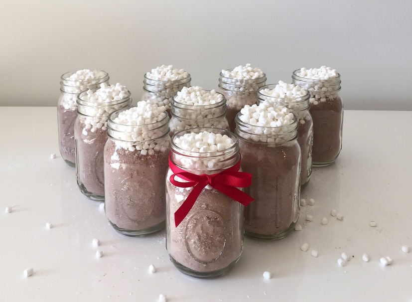 Easy Hot Cocoa Jars To Give As Gifts This Winter