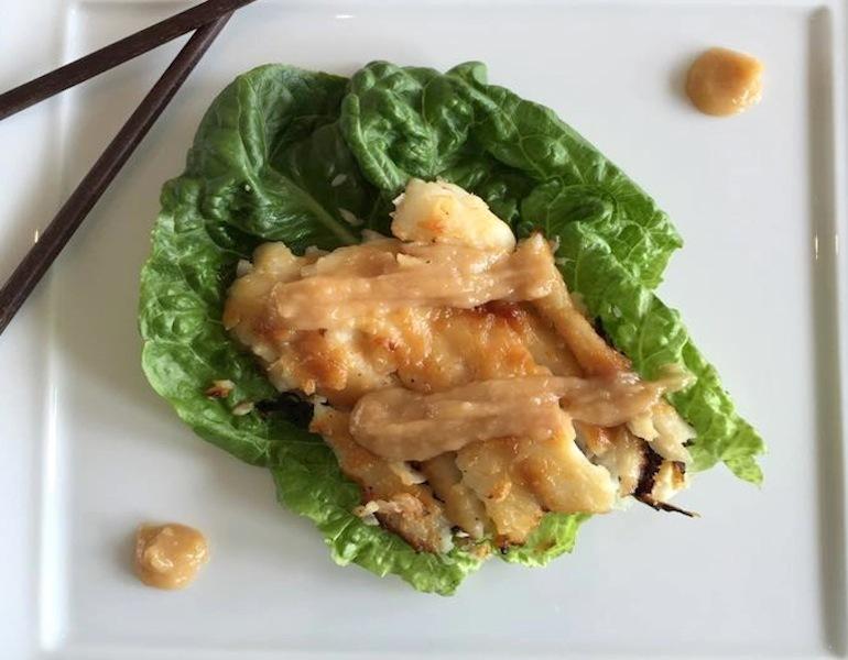 Разогрейте духовку до с, положите рыбу на противень кожей вверх и запекайте в течение минут, пока треска не станет золотистого цвета.