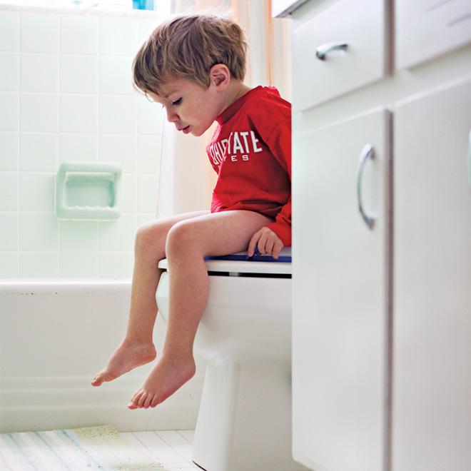 كيف تعلمين طفلك طريقة استخدام الحمام