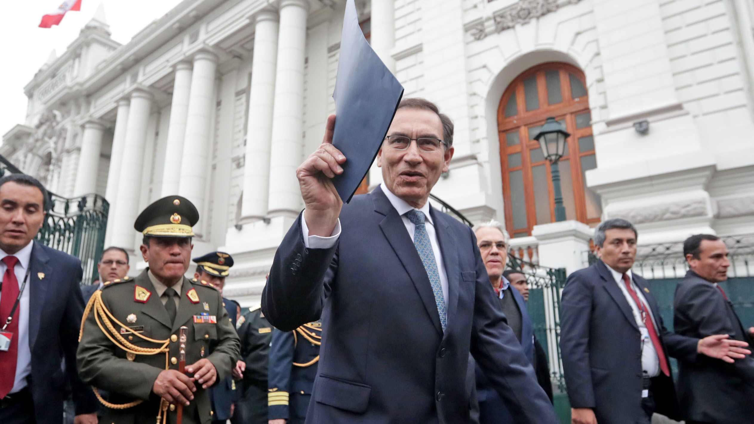 Gobierno oficializó disolución del Congreso; Policía controla ingreso al Parlamento