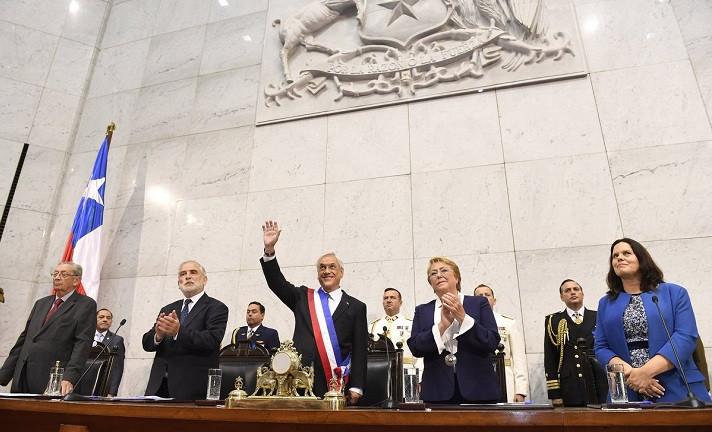 377058-sebastian-pinera-pidio-renuncia-a-sus-ministros-y-suspendio-toque-de-queda