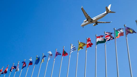 Tradicionales vs. low cost: la batalla escala a los vuelos internacionales