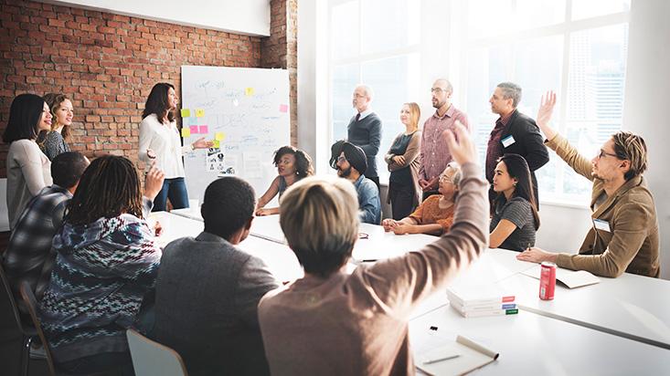 Empresas se resisten a profesionalizar directorios y caen en 'la trampa del tamaño medio'