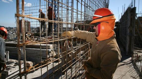 Más empleo en construcción, menos en manufactura