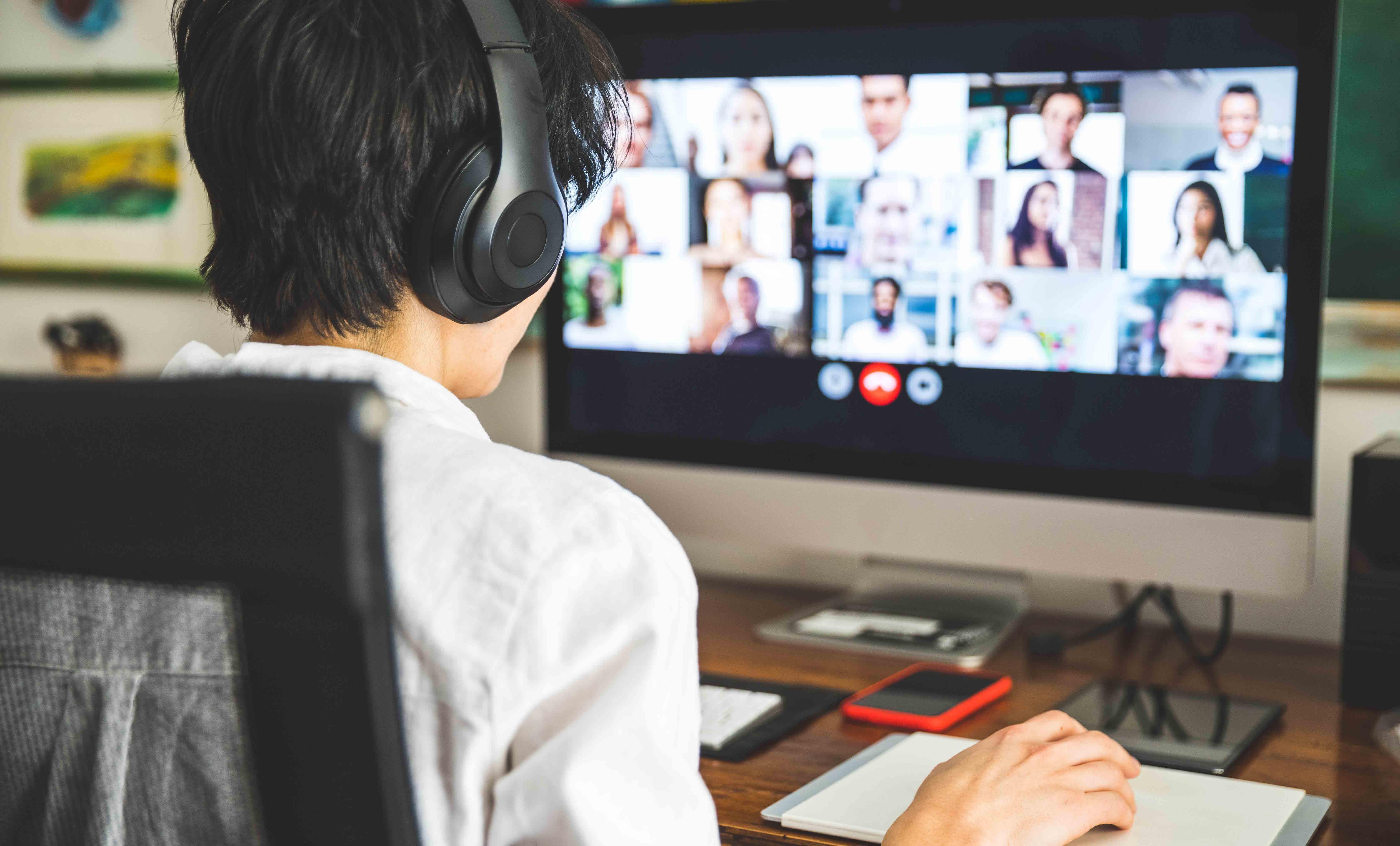 Cinco formas de destacarte en la oficina mientras trabajas desde casa