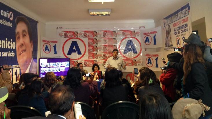 Cusco en campaña: los candidatos bailan con su propio pañuelo