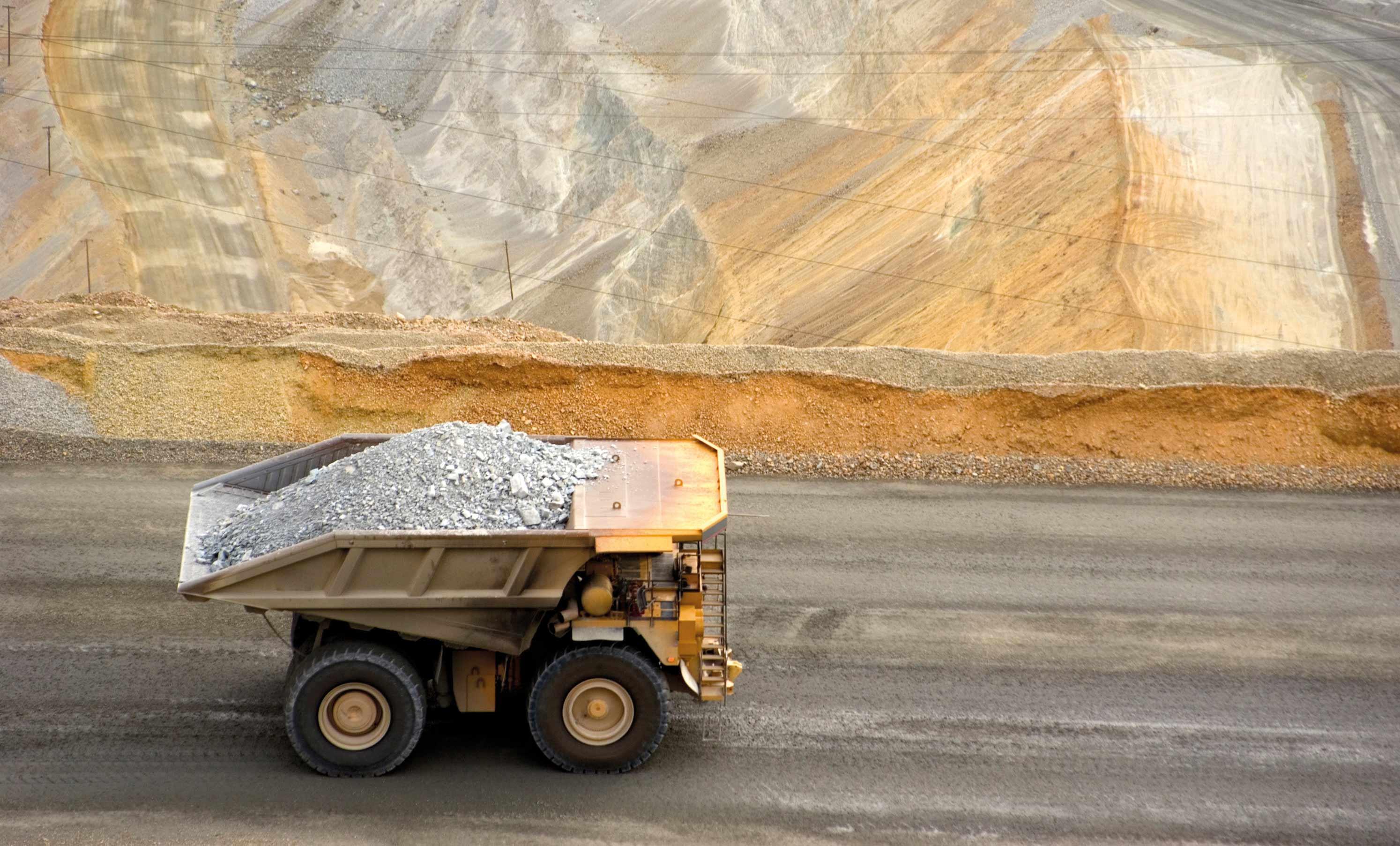 Alza del precio del oro favorece a las mineras junior con proyectos más avanzados