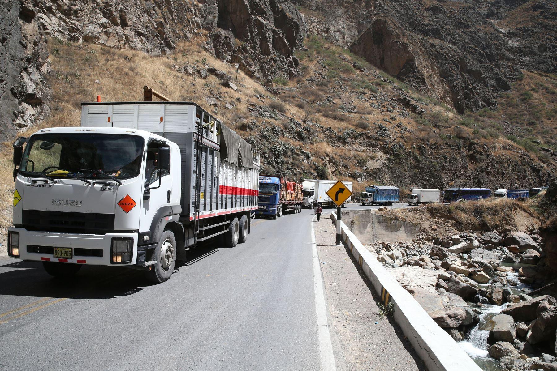 paro-de-transportistas-policia-y-militares-resguardan-la-carretera-central