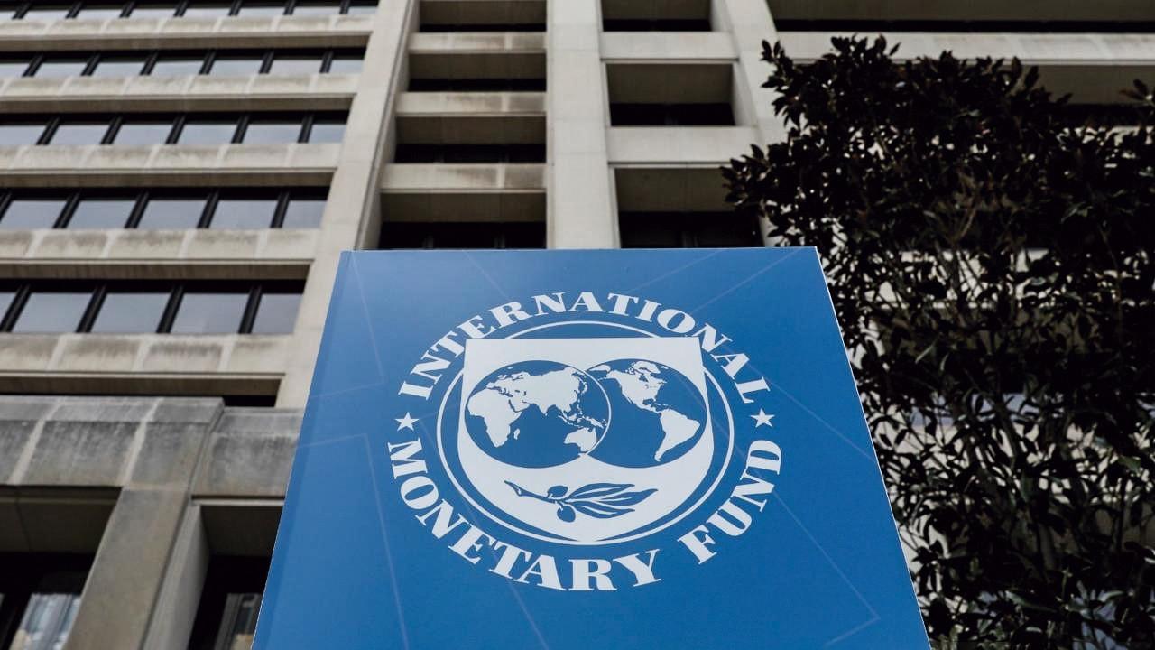 """Latinoamericanos más ricos deberían pagar """"mucho más"""" en impuestos, dice el FMI"""