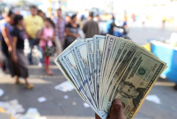 <p>Tipo de cambio podría cerrar el año debajo de S/4</p>