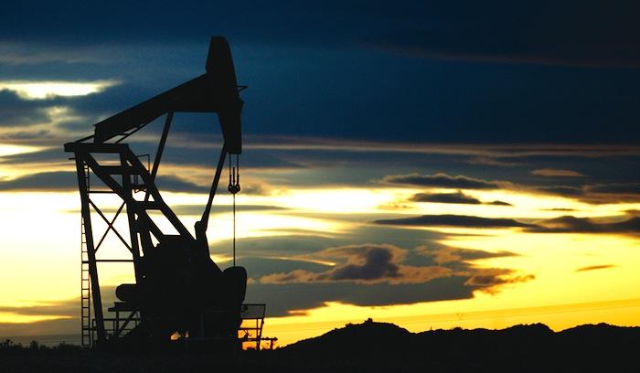 ¿Por qué no baja (tanto) el precio de los combustibles?