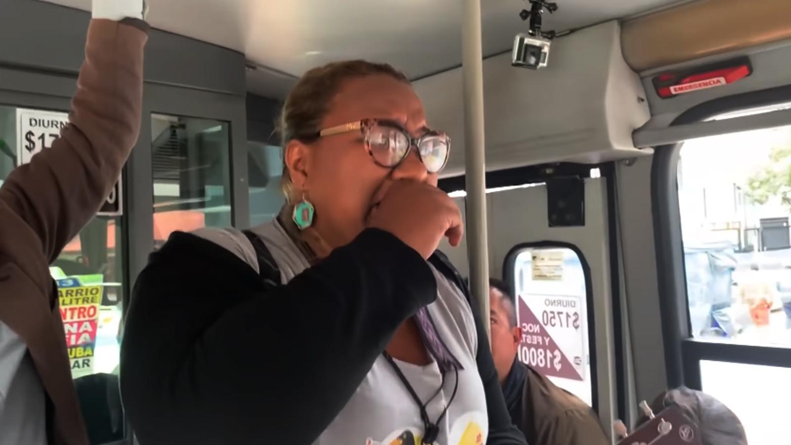 La conmovedora sorpresa a una venezolana que se subió a cantar en un bus de Bogotá