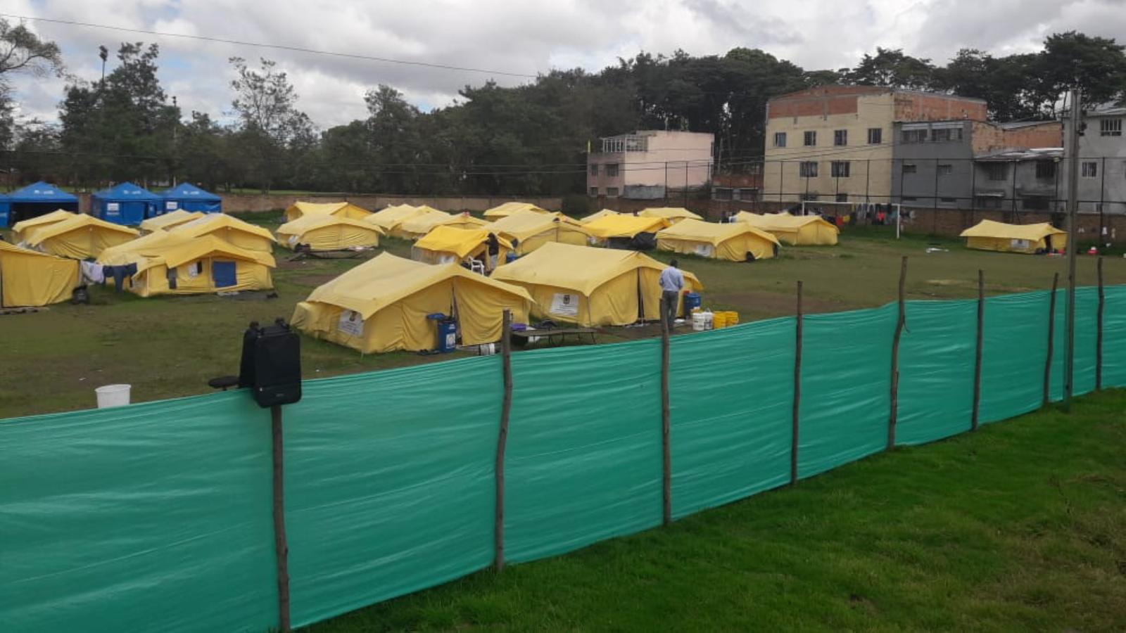 """""""Asustados"""" y """"sin nada"""": así esperan los migrantes el cierre del campamento en Bogotá"""