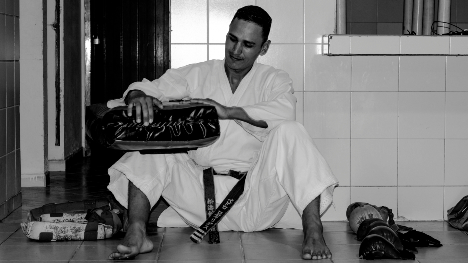 Los golpes de Pedro, un venezolano que enseña karate en Bucaramanga