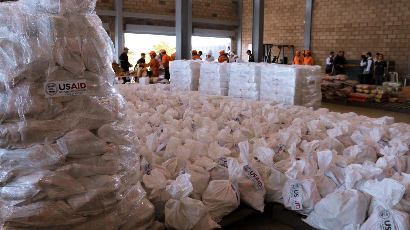 El trasfondo político de llamar «ayuda humanitaria» a las donaciones