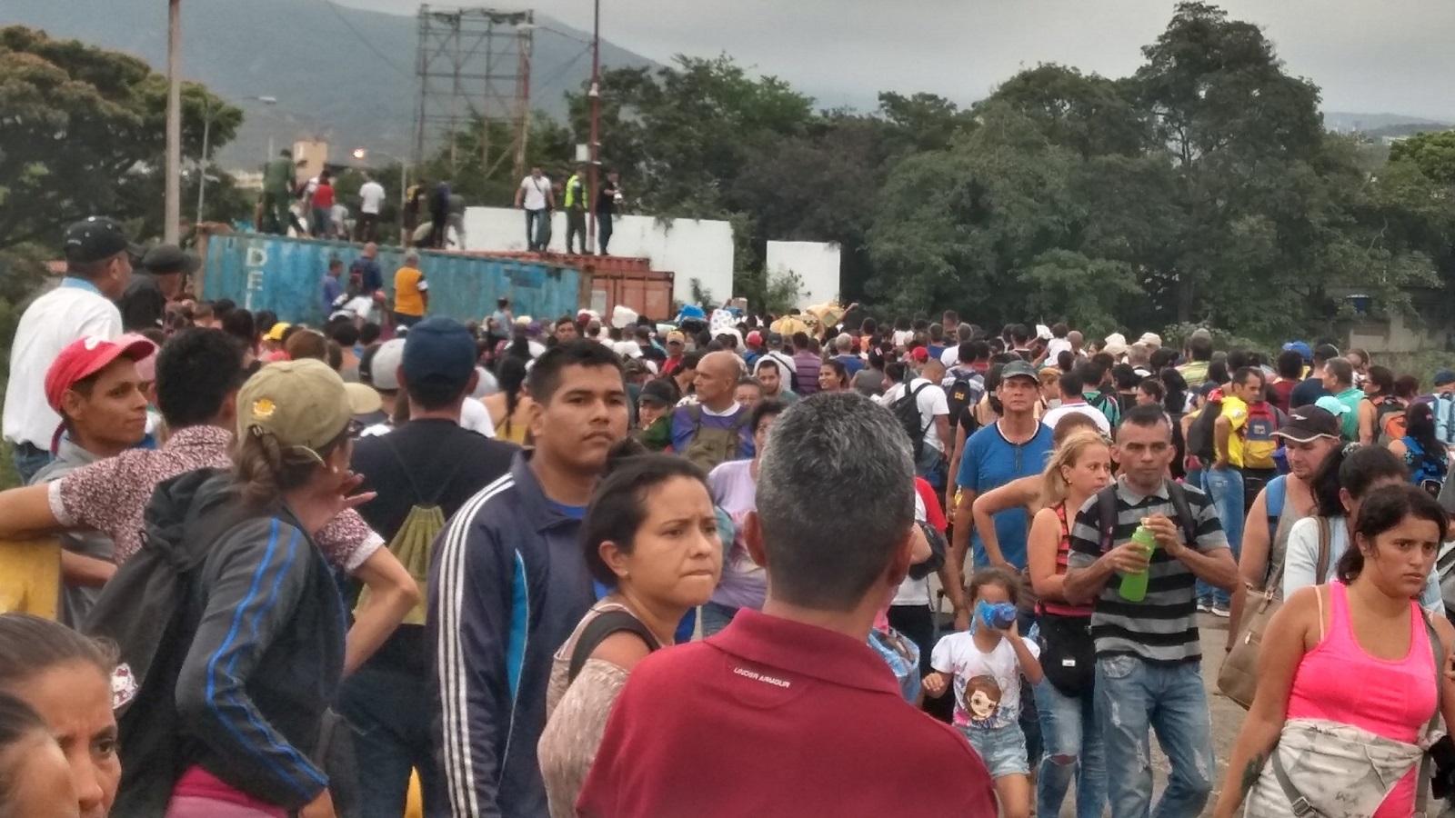 Venezolanos se abren paso en el puente Simón Bolívar