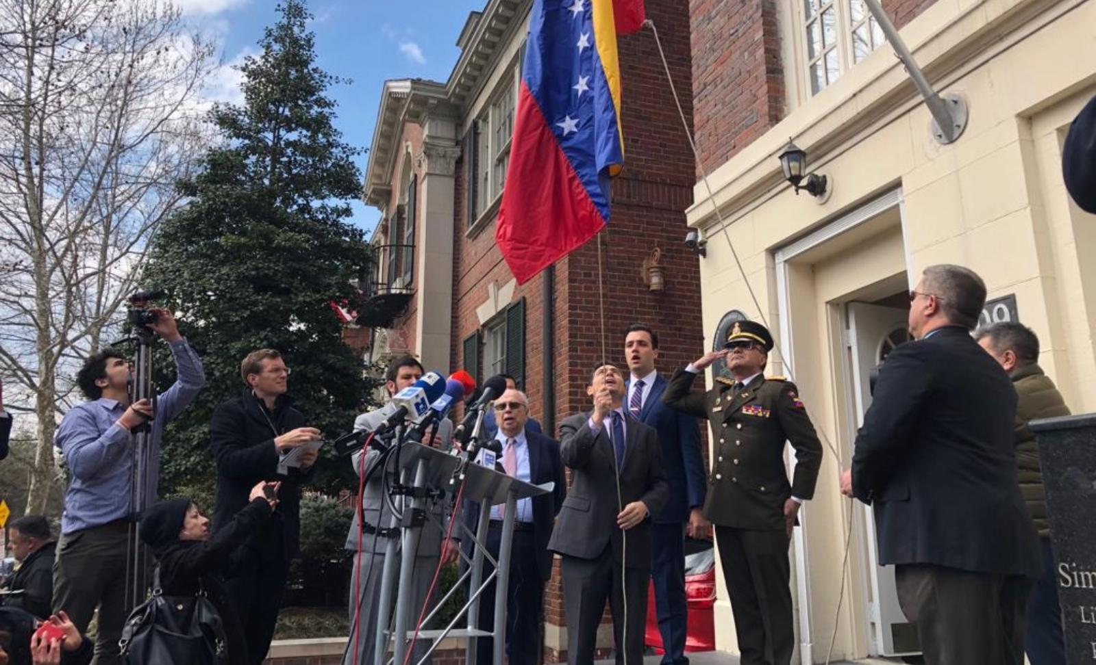 Estados Unidos estaría dispuesto a desalojar embajada de Venezuela si Guaidó lo dispone