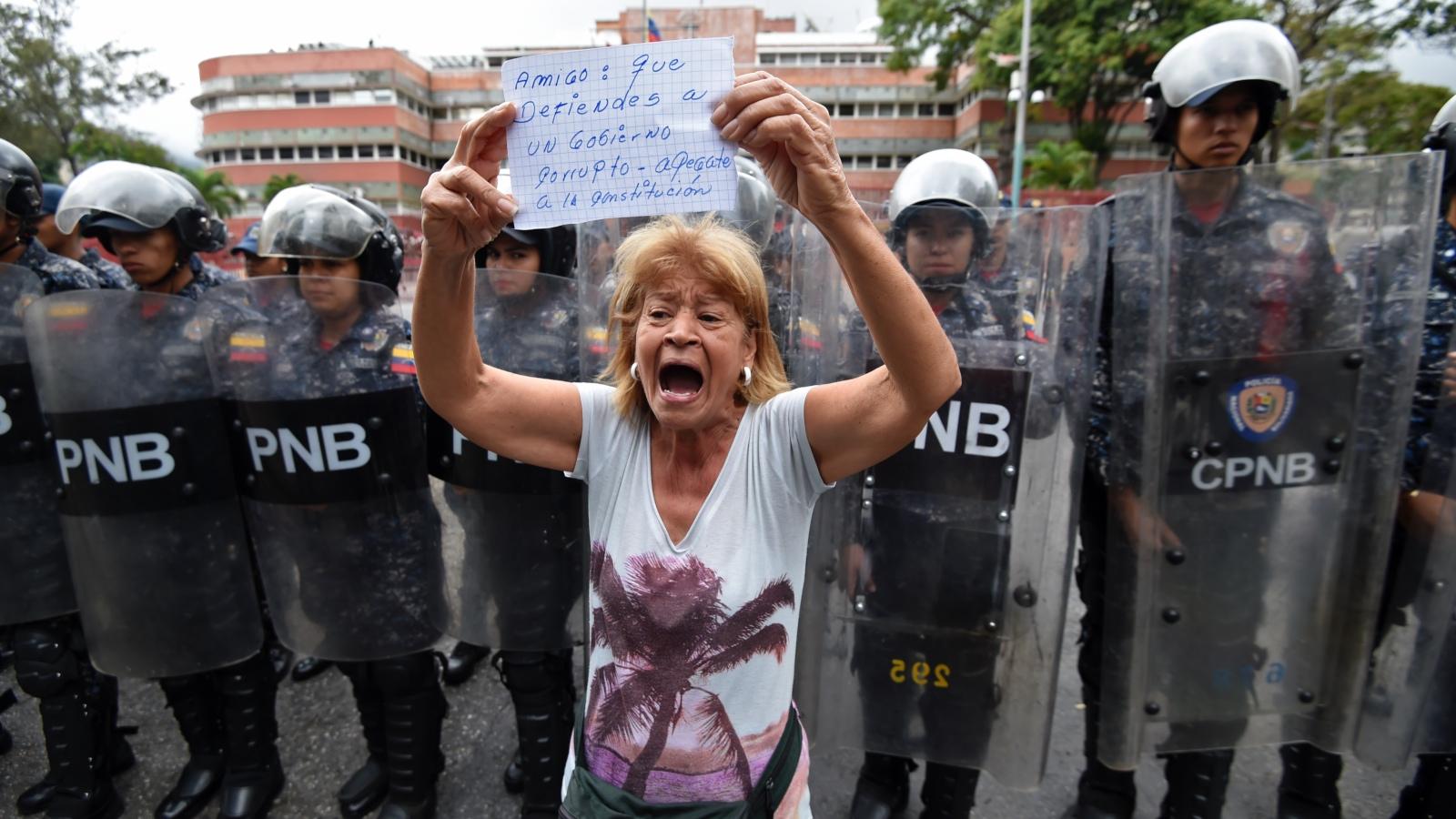 La oposición marcha hacia los cuarteles militares de Maduro