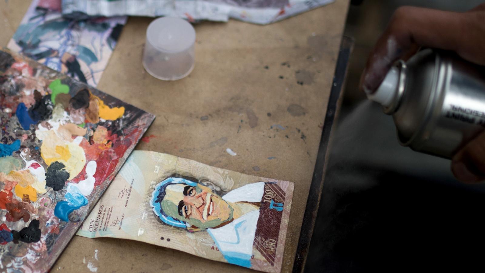 Por medio del arte una pareja le devuelve el valor a la moneda venezolana