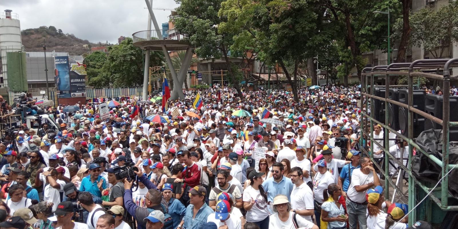 Durante una nueva jornada de protestas, Guaidó llamó a no desfallecer
