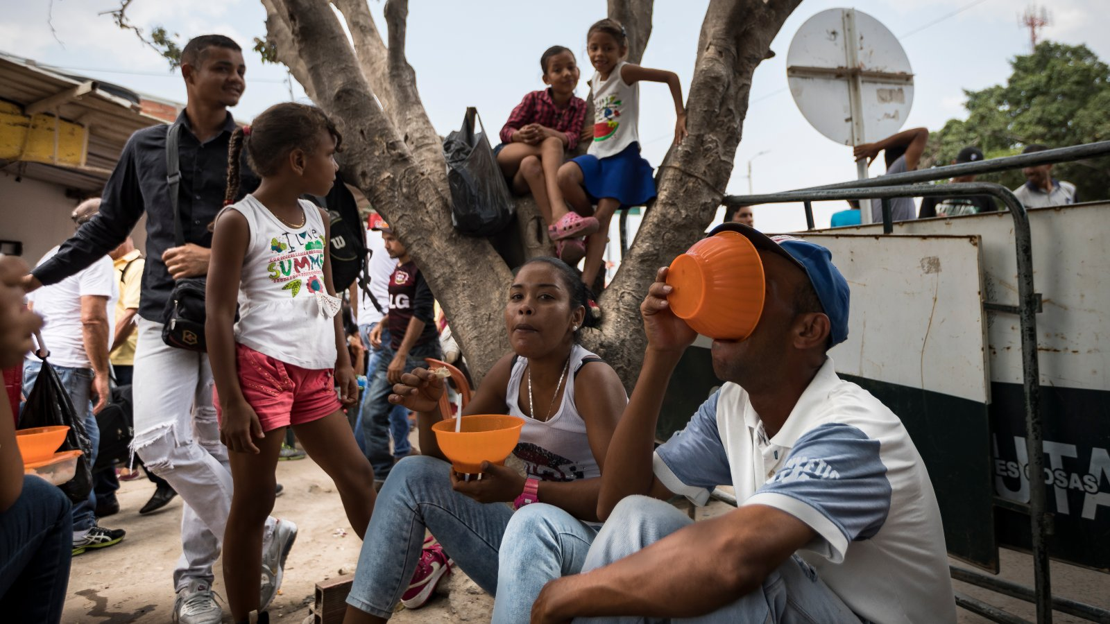 La odisea de los venezolanos para conseguir alimentos y medicinas en Colombia