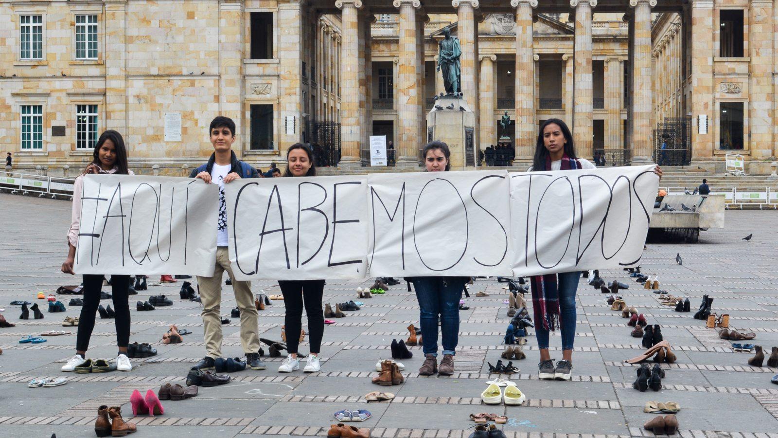 En los zapatos del otro: manifestación simbólica contra la xenofobia electoral