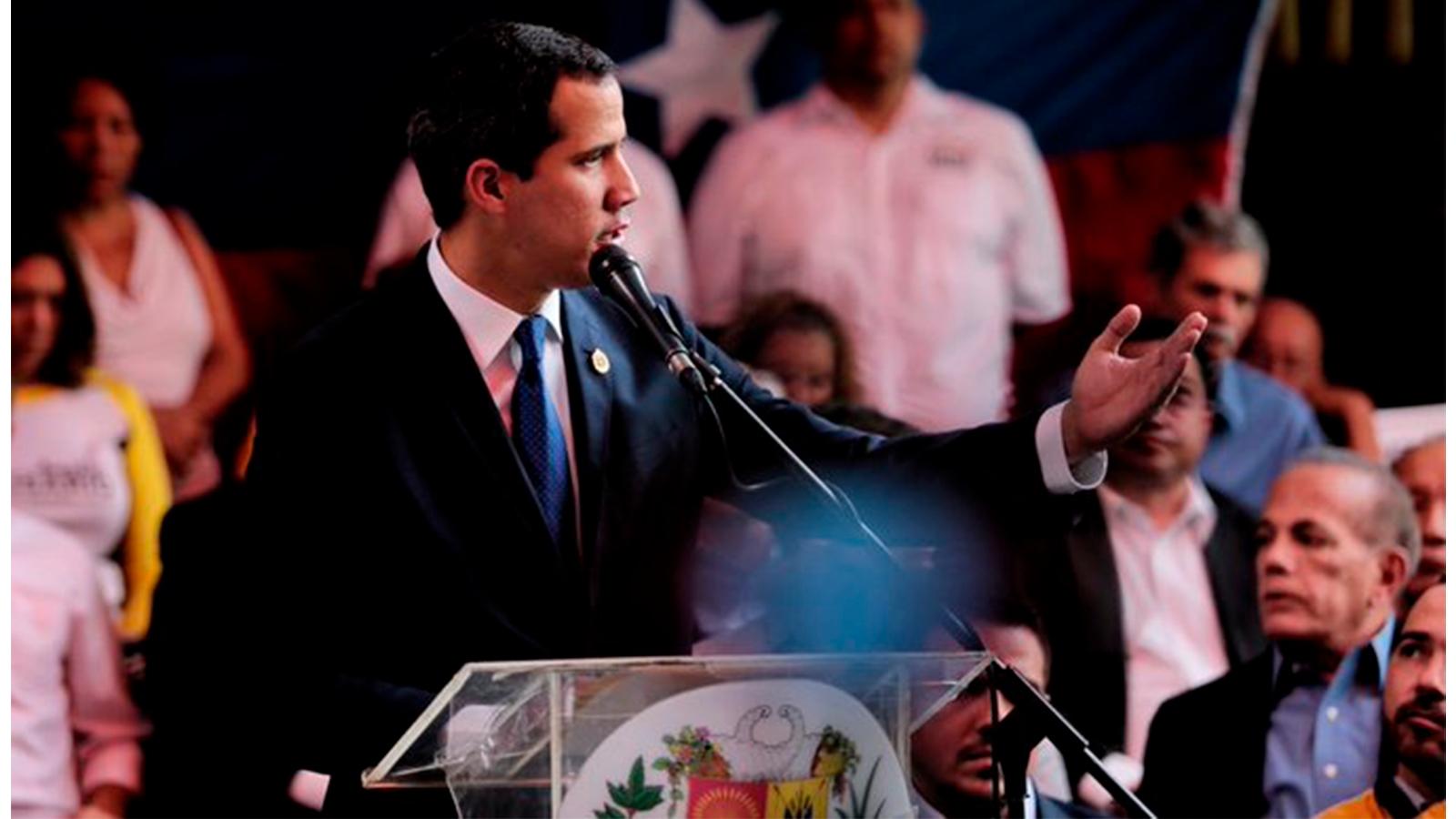 Contraloría venezolana prohíbe transacciones bancarias con Guaidó
