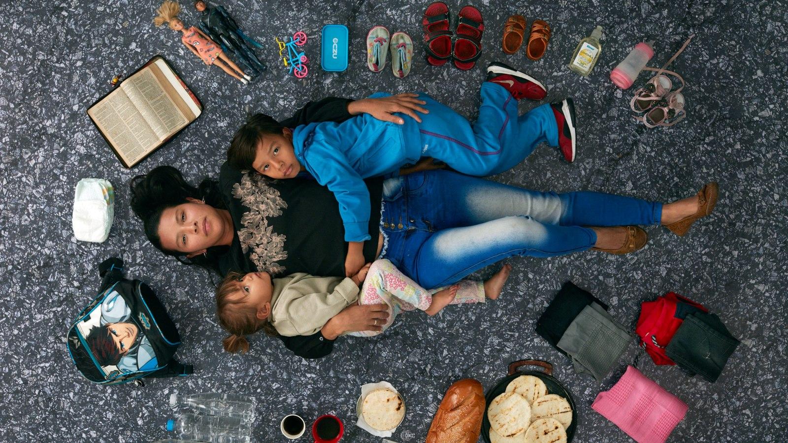 El fotógrafo Gregg Segal retrató el equipaje de las madres migrantes venezolanas