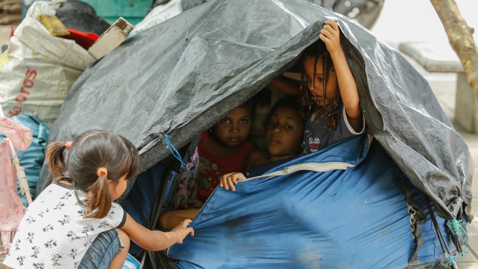 Candidatos, rajados en sus propuestas para los niños migrantes