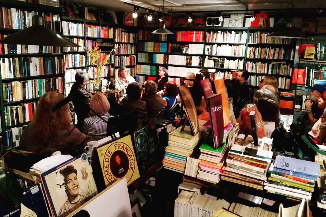 """""""Antes de dejar el país lo último que la gente abandona son sus libros"""""""