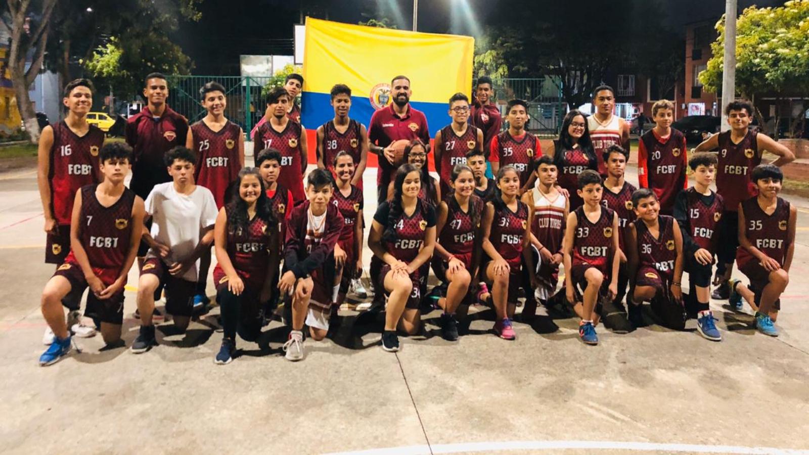 El baloncesto une los sueños de los migrantes en un barrio de Bogotá