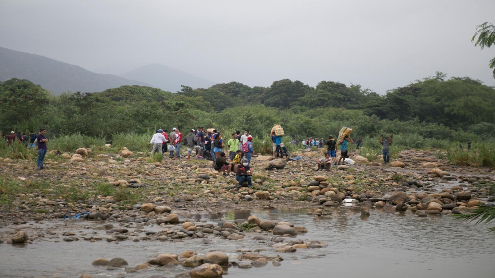 Venezolanos desafían el cerco de la pandemia para abastecerse en Colombia