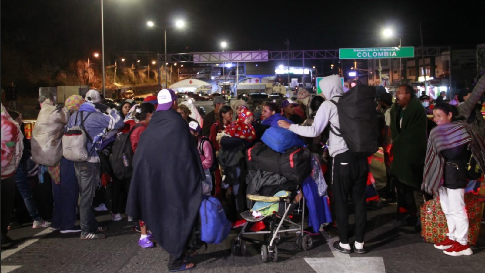 """Venezolanos en frontera con Ecuador gritan desesperados """"queremos ir a casa"""""""