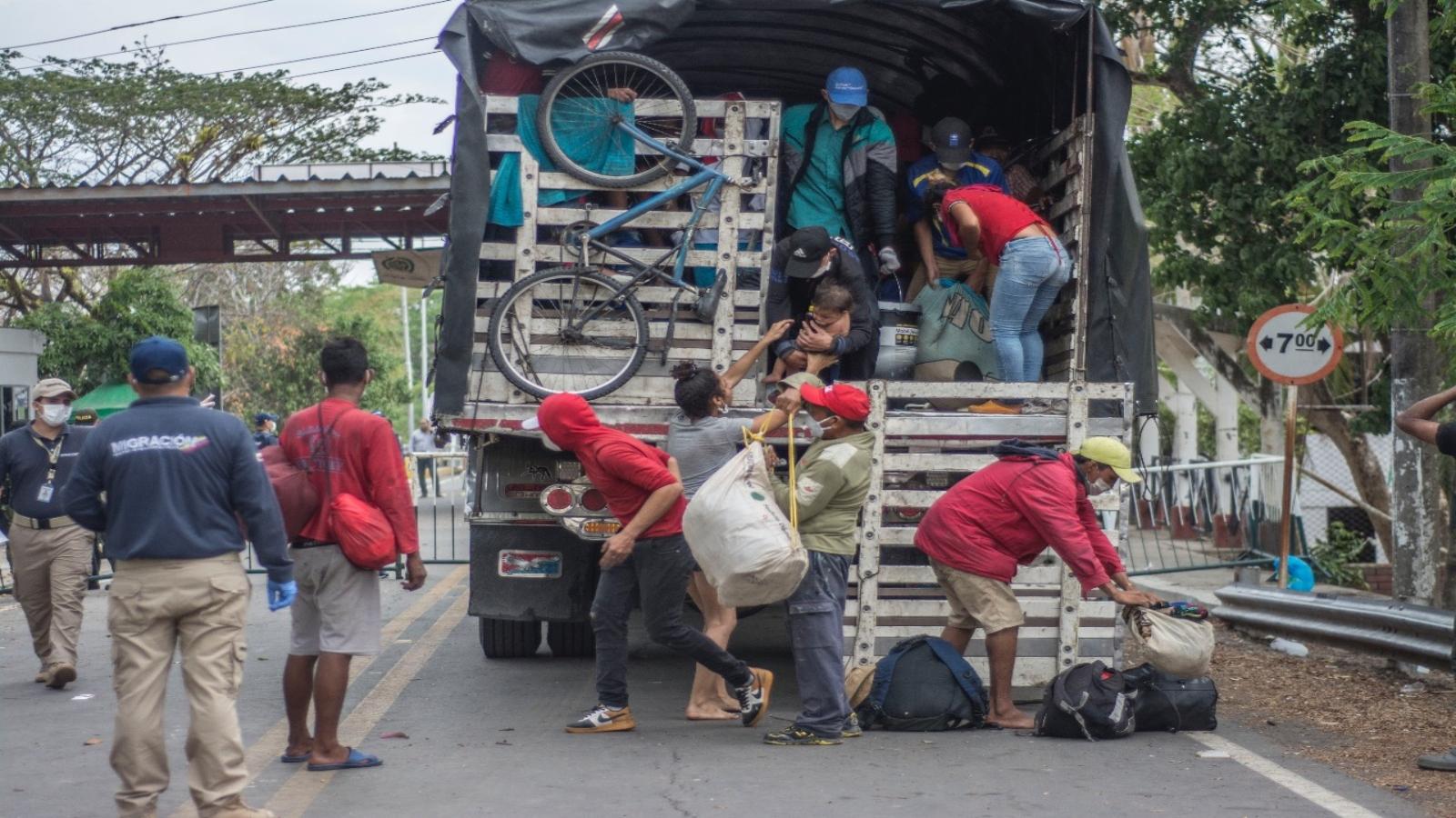 FOTOS | Más de 500 migrantes han regresado por la frontera de Arauca
