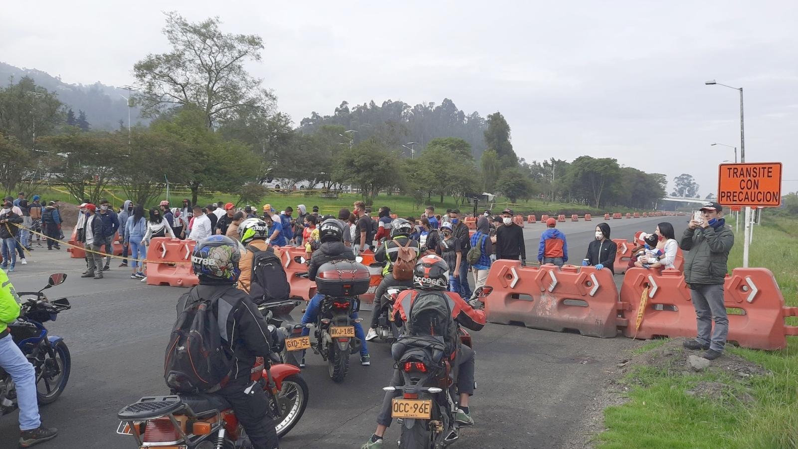 Arrodillados y rezando, unos 500 migrantes piden que los dejen seguir hacia Venezuela