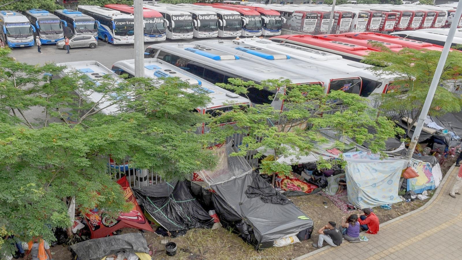 Más de 200 venezolanos duermen a la intemperie en terminal de Medellín