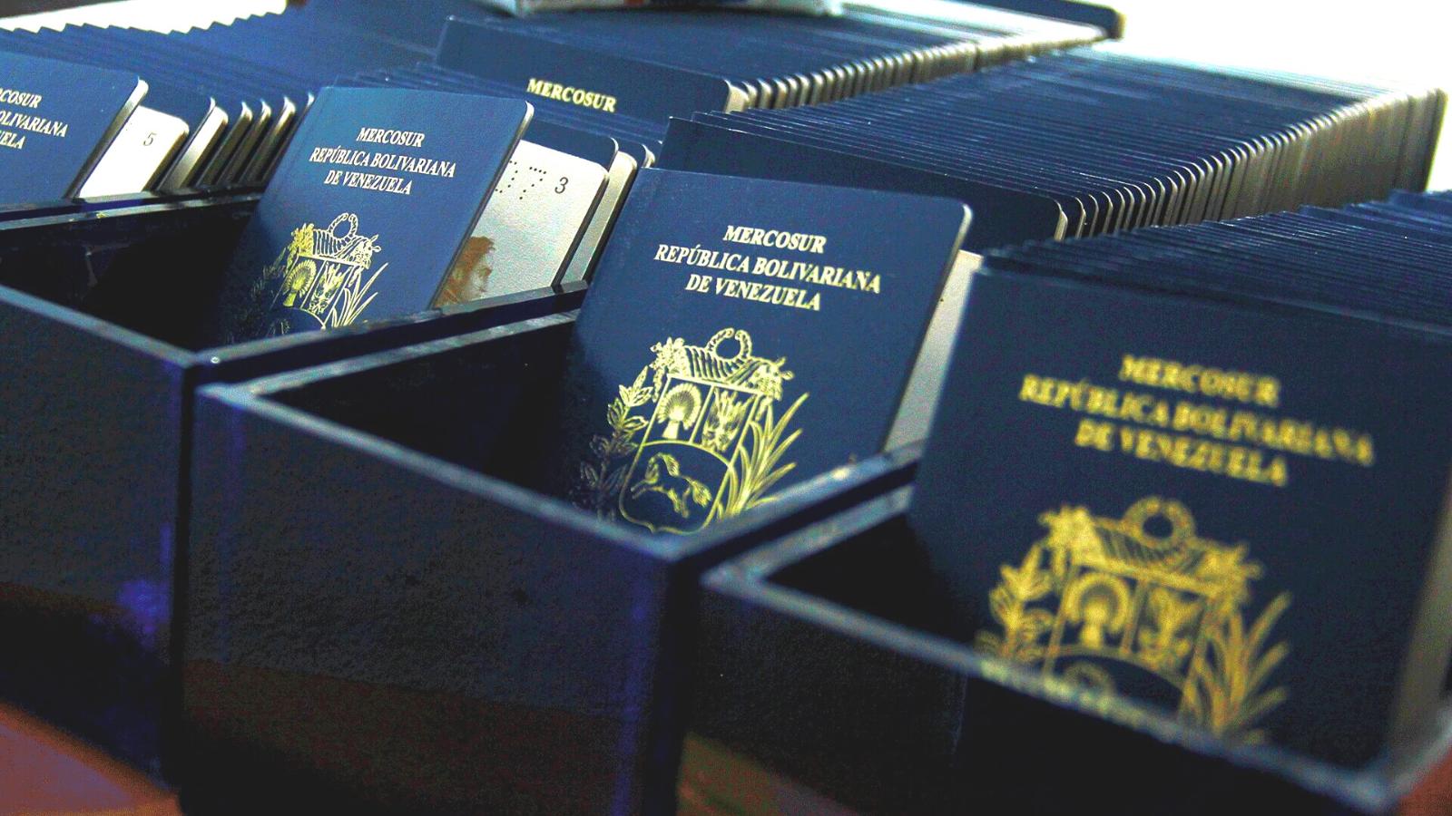 Venezolanos tendrían que trabajar cuatro años para pagar su pasaporte