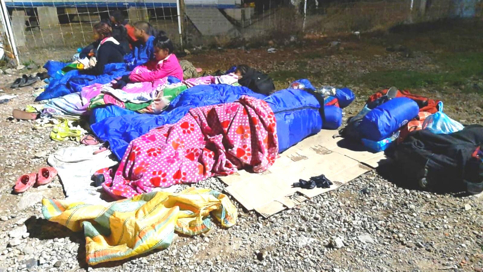Familias migrantes duermen sobre cartones en las calles de Pamplona