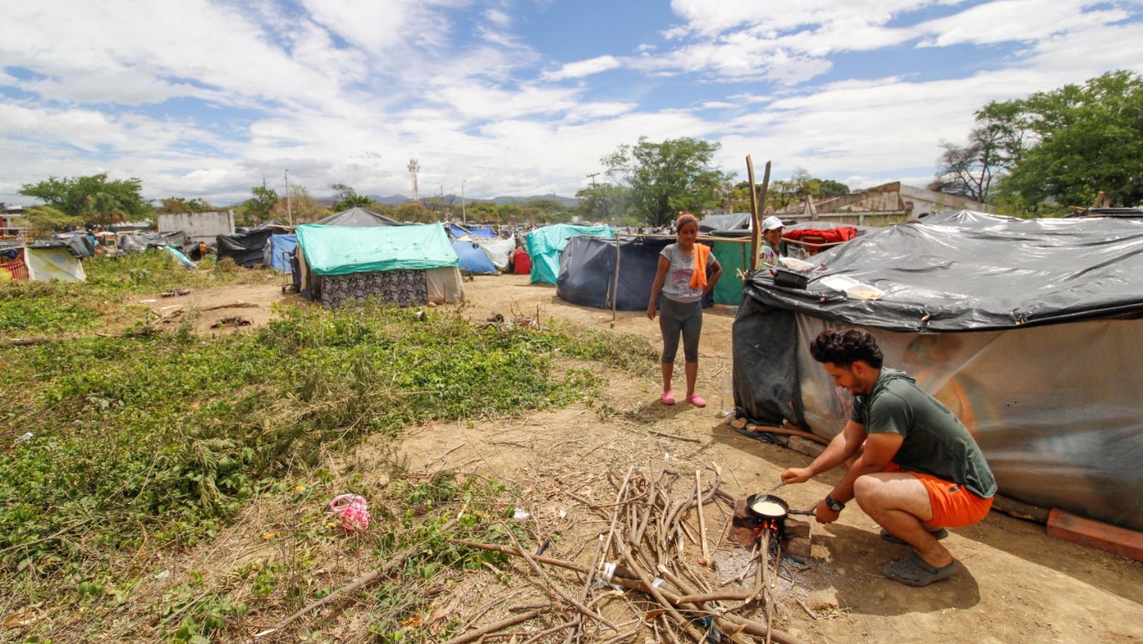 Migrantes venezolanos montaron cambuches aguardando ingreso a Tienditas