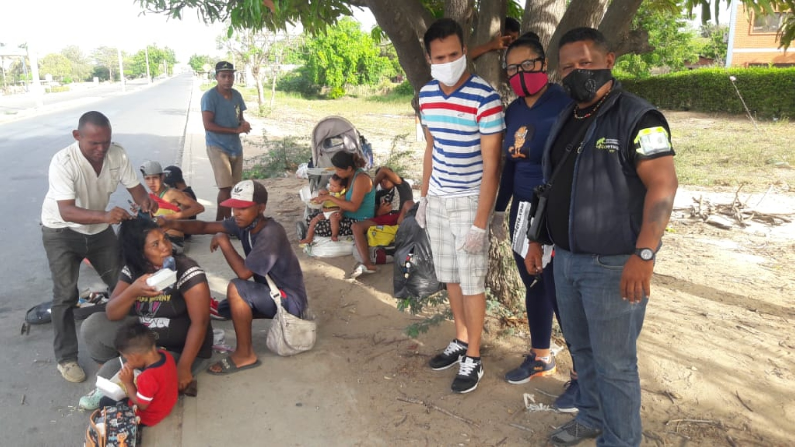 Entre el intenso calor y alto peligro, caminantes venezolanos retornan por La Guajira