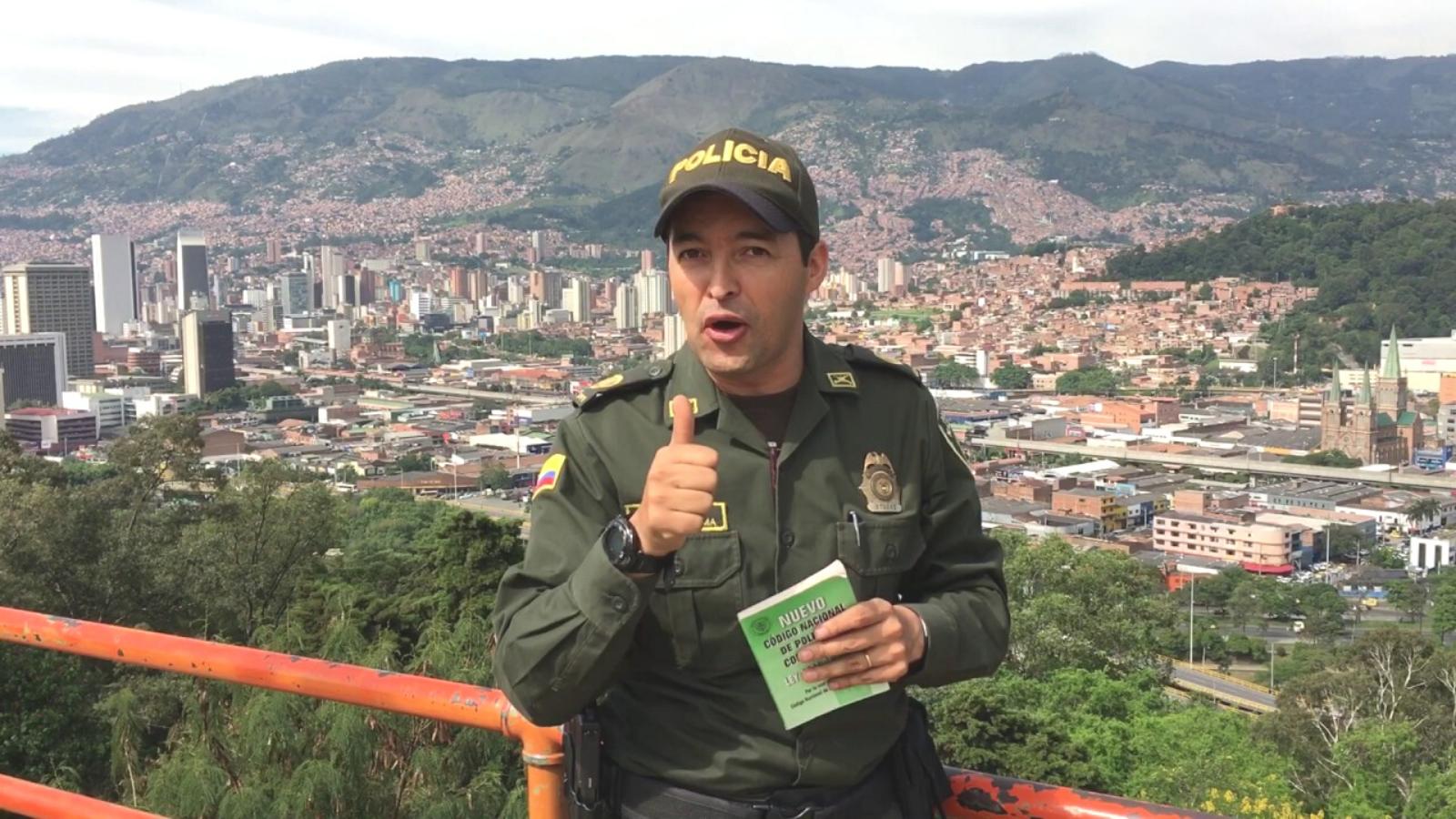 ¿Cómo no apoyarlos?: policía que cantó con dos venezolanos
