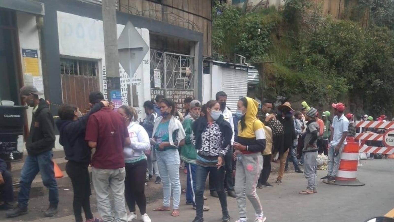 Caminantes venezolanos colapsan vías de Pamplona