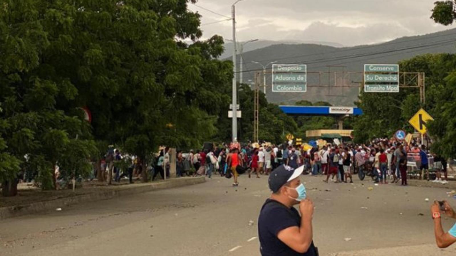 A la fuerza, migrantes intentan cruzar hacia Venezuela