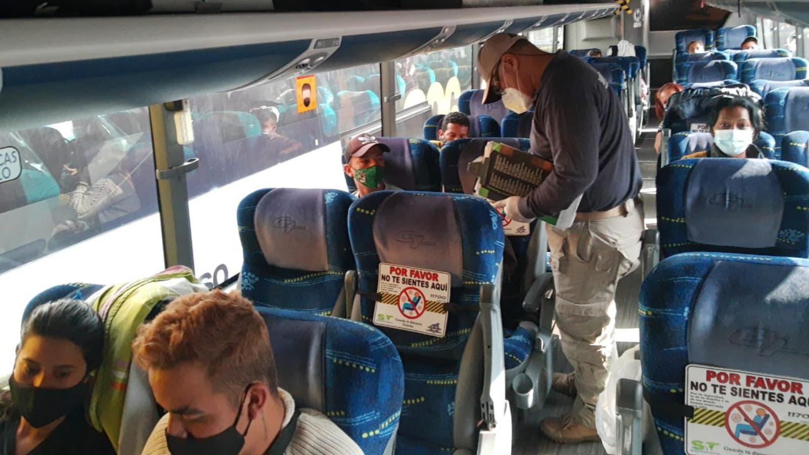 Así migran irregularmente en buses los venezolanos a Chile