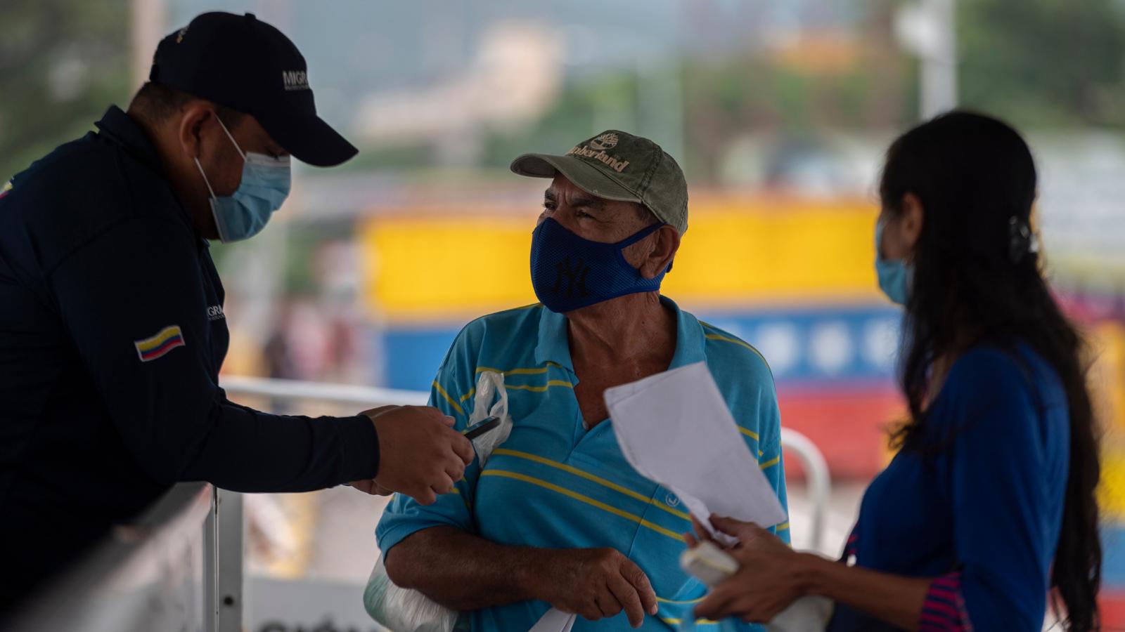 Esto opinaron los colombianos en la encuesta Invamer sobre los migrantes