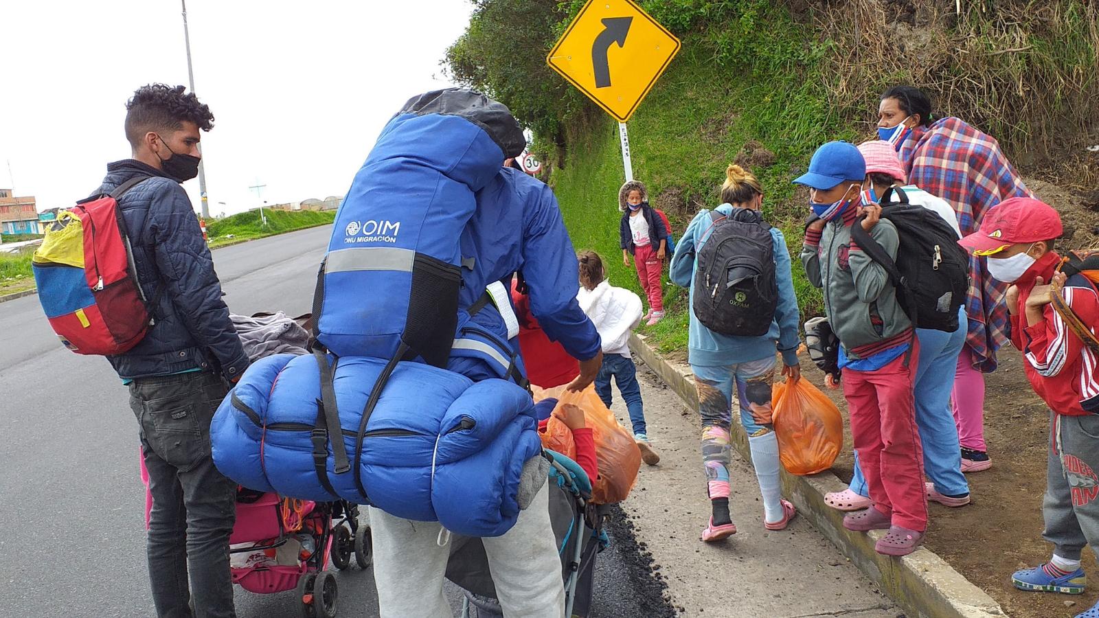Informe: grupos criminales captan a caminantes venezolanos en la vía a Ecuador