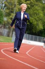 Article_senior_woman_walking