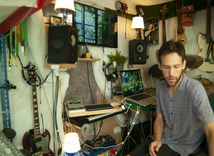 Professional composer, producer and session player (guitars, drums, keyboards) working out of his own studio (Sound Terrace studio)