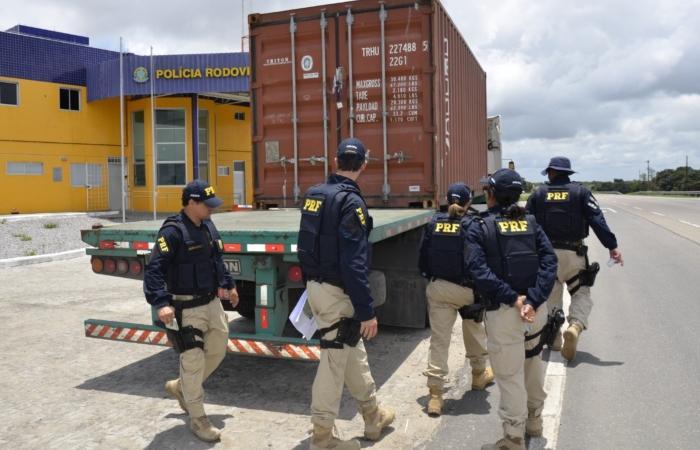 Operação da PRF mira transporte de cargas nas BRs 101 e 232