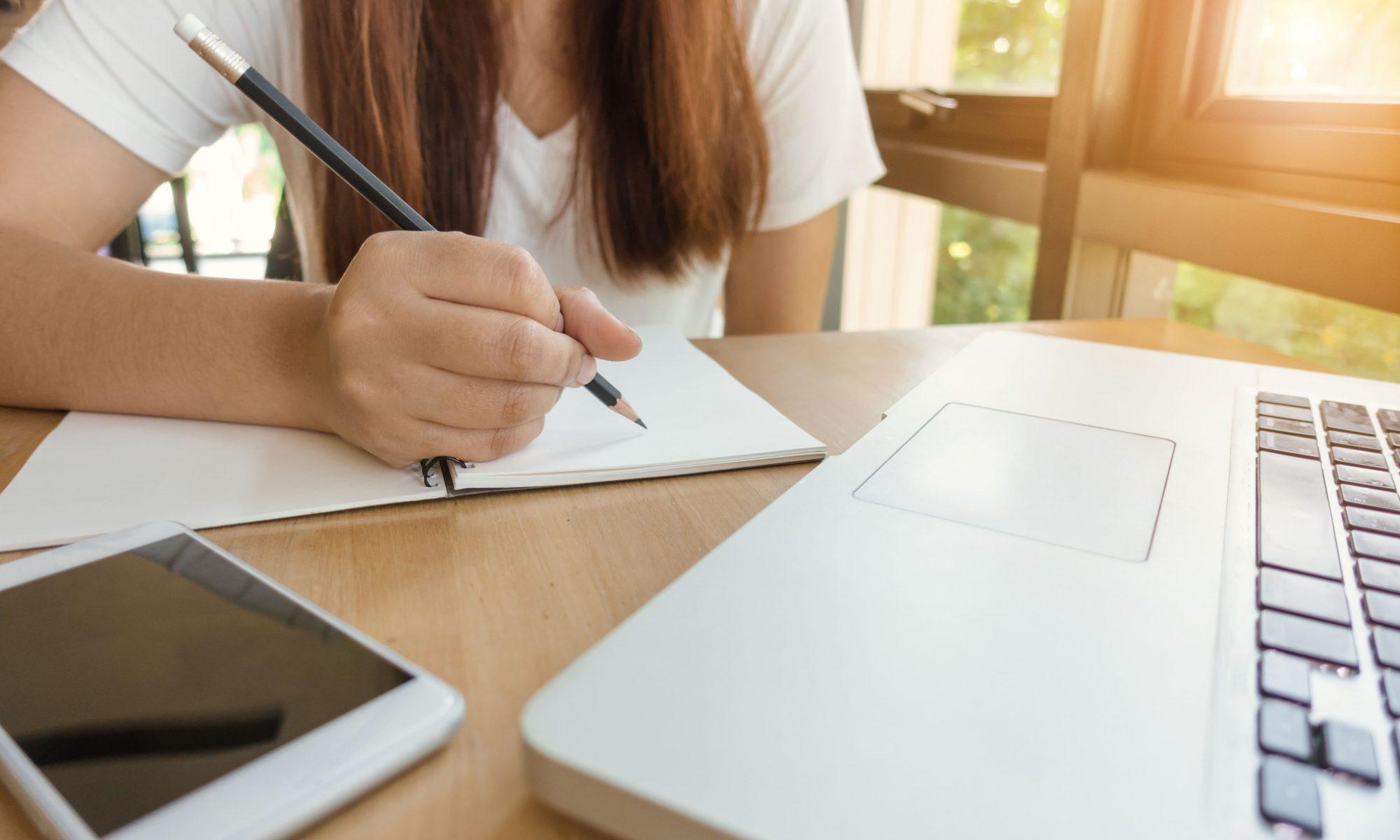mulher estudando em frente ao computador